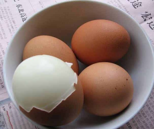 """煮鸡蛋时别直接下锅,水中加入一点""""它"""",鸡蛋不开裂,简单实用"""
