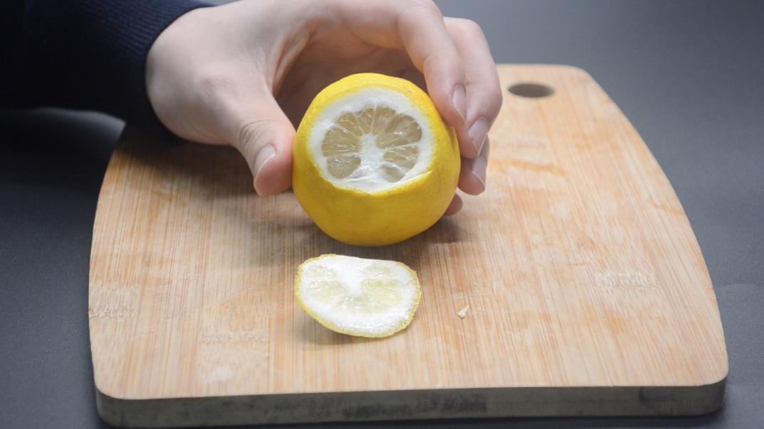 挤柠檬汁不用对半切,教你用一秘招,轻松挤出柠檬汁,方便又实用