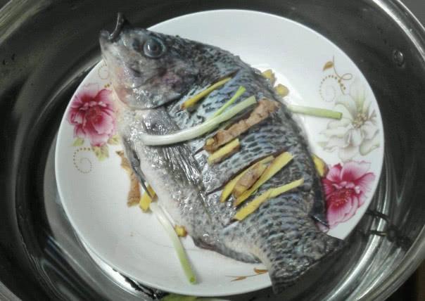 给鱼去腥,别再只会用葱姜料酒了,掌握这几招,腥味消失鱼肉鲜嫩