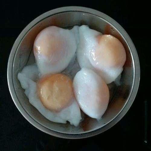 """做水煮荷包蛋,总是煮散怎么办?教您""""这1招"""",荷包蛋嫩滑完整"""